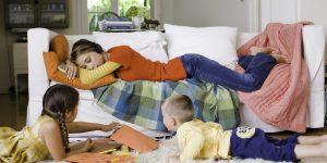 Работающая мама легла на диван из-за сильной усталости