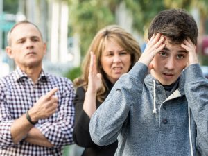Родители ругают ребенка публично на улице, что против качества хороших родителей.