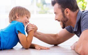 Папа и сын играют в армрестлинг. Советы молодому отцу, которые помогут стать хорошим папой.