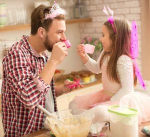 Папа с дочкой играют в принцесс и пьют чай. 40 советов молодым отца помогут быть хорошим папой.