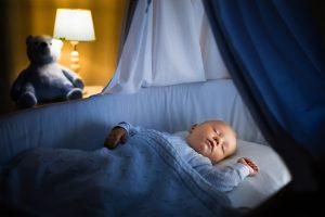 ребенок спит в кроватке спальне родителей