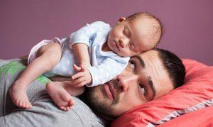 Папа с ребенком на голове. 40 советов молодому отцу помогут справиться с отцовством.