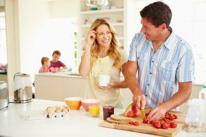 Муж помогает жене приготовить салат