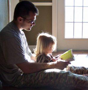 чтение сказок сближает молодого отца и ребенка