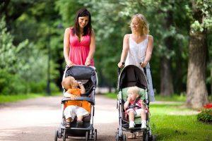 Молодые мамы радуются прогулке на свежем воздухе
