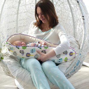 мама качает малыша в гнезде-коконе