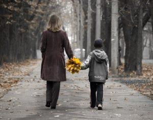 Одинокая мама гуляет со своим сыном