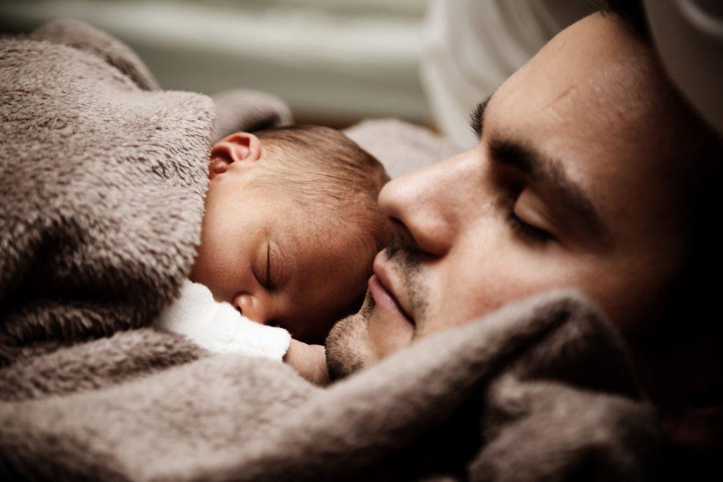 Можно ли детям спать в постели родителей?
