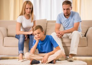 Плохие родители недовольно смотрят на ребенка. Они не развивают качества хороших родителей.