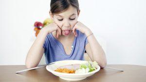 Девочка не хочет есть, показывает язык. Лайфхаки для мам с привередливыми в питании детьми.