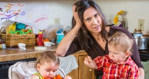 мама с детьми думает как приучить ребенка к горшку