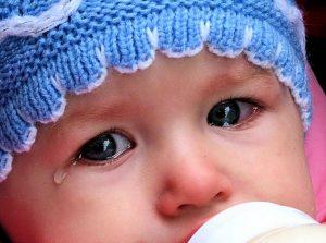 Новорожденный ребенок плачет из-за голода