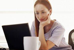 Женщина регистрирует аккаунт в интернете