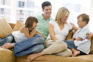 дружная семья сидит на диване