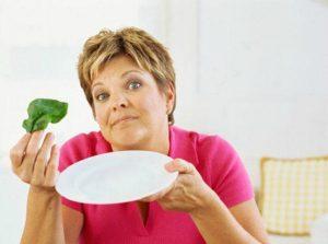 Женщина с пустой тарелкой и капустой. Как не надо худеть после родов.