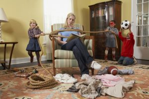 мать не обращает внимание на детей, которые делают, что хотят