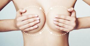 Женщина массирует грудь, чтобы стимулировать лактацию