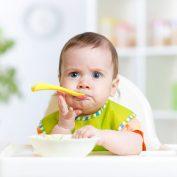 Как научить ребенка есть самостоятельно ложкой?
