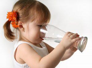 вода помогает предотвратить ожирение у детей