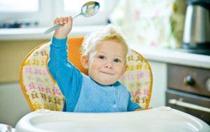 когда начинать научить ребенка есть самостоятельно ложкой