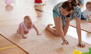 Когда ребенок начинает ползать, вы больше не можете оставить его ни на минуту.