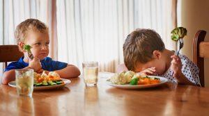 Дети капризничают за столом. Как заставить ребенка есть овощи.
