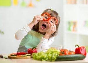 Девочка играет с едой. Как заставить ребенка есть овощи.