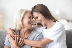 Мама и дочь обнимаются. Каково быть мамой девочки.