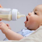 Почему ребенок срыгивает после кормления – 4 главные причины