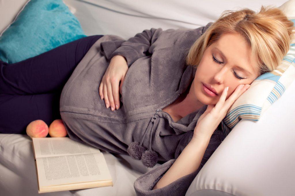 Можно ли беременным спать на животе? Как устроиться удобно и безопасно для ребенка