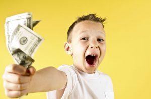 Мальчик радуется карманным деньгам.