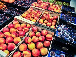 Абрикосы, фрукт можно кормящей маме, в ящиках в киоске на рынке.