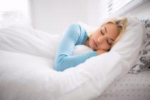 Девушка спит - светлое фото.