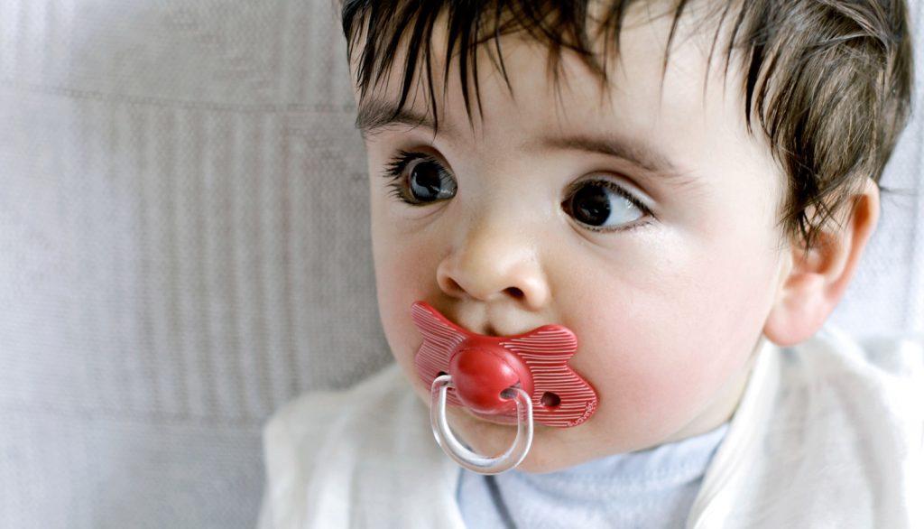 Почему малыш потеет? Малыш потеет во сне, при кормлении, днем