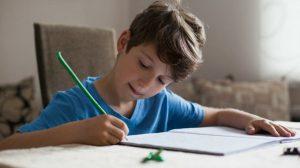 Родителям удалось приучить ребенка делать уроки самостоятельно.