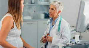 Беременная женщина и врач обсуждают гестационный диабет.