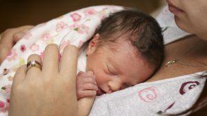 Недоношенный ребенок на груди у мамы.