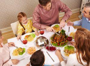 Завтрак всей семьей за столом с угощениями.