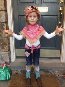 Девочка в костюме. Научить ребнка одеваться самостоятельно.