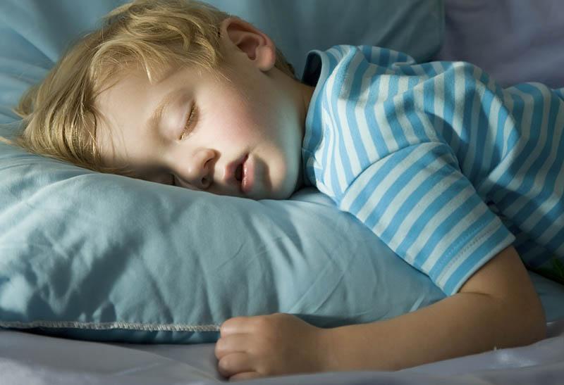 С какого возраста ребенку можно спать на подушке? Так ли она нужна?