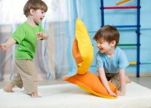 Дети дерутся подушками на кровати, два мальчика. С какого возраста ребенку можно спать на подушке? Так ли она нужна?