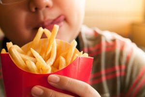 Ребенок и картошка фри - вредные привычки в питании.