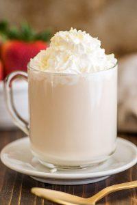 Белый горячий шоколад - стоит попробовать приготовить горячий напиток для детей.