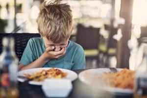 Ребенка тошнит, симптом часто сопровождает запах ацетона изо рта ребенка.