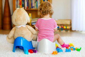 Ребенок и игрушка вместе на горшке. Советы как приучить ребенка к горшку.