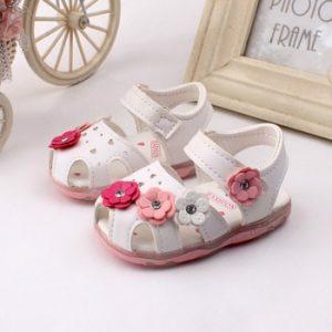 Обувь для новорожденного - бесполезная покупка для ребенка.