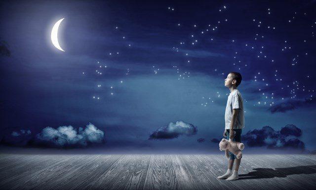 Ребенок лунатит по ночам – почему и что делать?