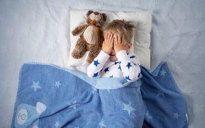 Ребенок закрыл лицо руками - детские кошмары.