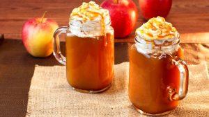 Яблочно-карамельный глинтвейн - самый вкусный в списке горячих напитков для детей на зимнее время.