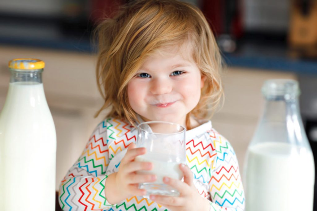 Можно давать молоко ребенку и когда? Коровье, козье, кокосовое